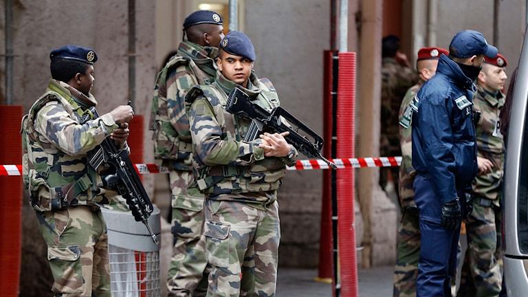 Militärer utanför det judiska centret Nice, i södra Frankrike. Foto: TT