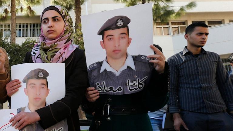 Studenter vid universitetet i Amman, Jordanien, visar sitt stöd för den tillfångatagne piloten Moaz al-Kasasbeh. Foto: TT