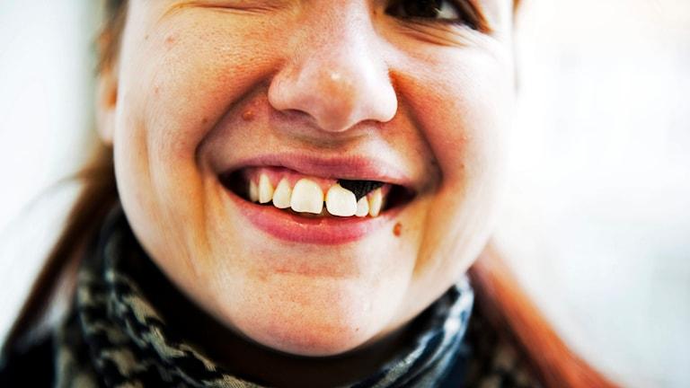 Girl using snus. Photo: Robert Henriksson/TT.