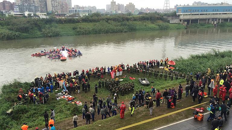 Ett inrikesplan har kraschlandat i en flod i Taiwan. Foto: TT/AP