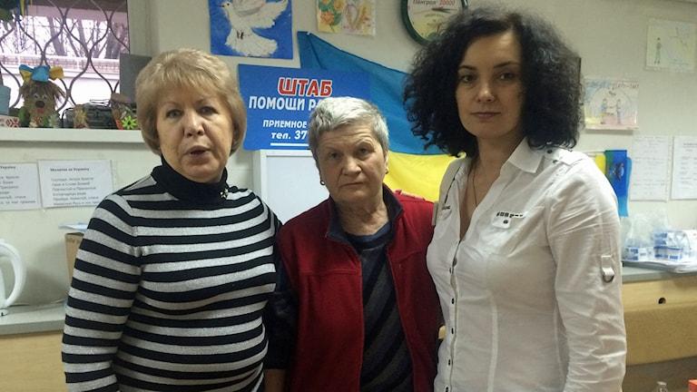 Volontärerna Galina Markovna, Galina Kuzmenko och Tatjana Demjanenko hjälper till på sjukhuset i Dnipropetrovsk. Foto: Johanna Melén/Sveriges Radio.