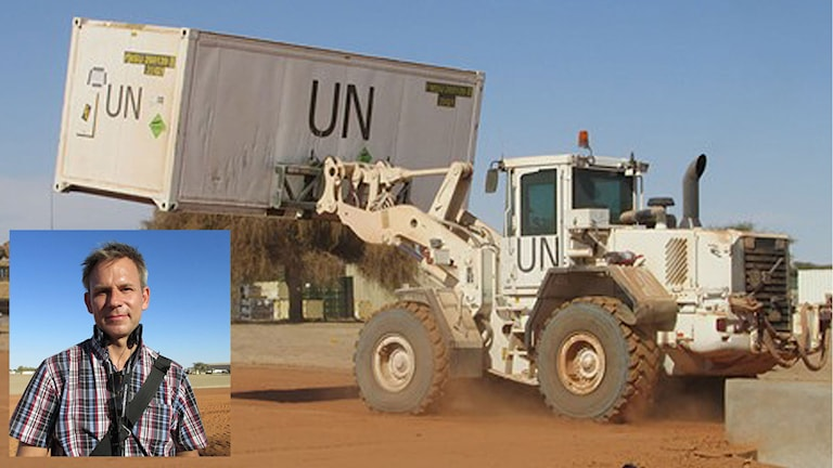 Traktor lyfter container på plats i FN-basen i Mali. Sveriges Radios Afrikakorrespondent Richard Myrenberg. Foto: Richard Myrenberg/Sveriges Radio.