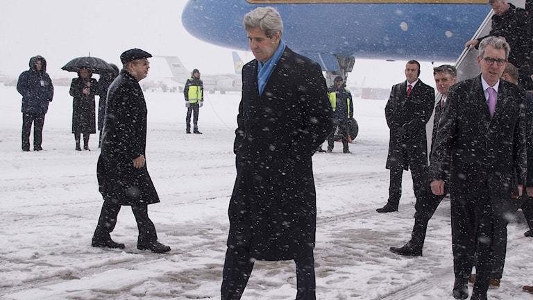 USA:s utrikesminister John Kerry kliver av planet på Kievs internationella flygplats. Foto: Jim Watson/TT.