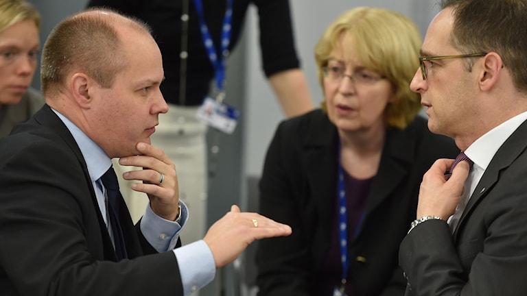 Sveriges jutitie- och migrationsminister Morgan Johansson i samtal med sin tyske kollega Heiko Maas. Foto: Ilmars Znotins/AFP.