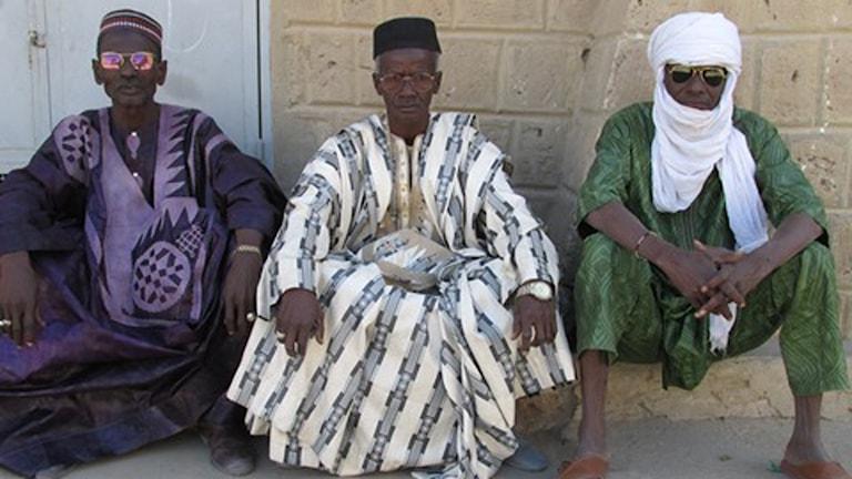 Tre män på en trottoar i Timbuktu, Mali. Foto: Richard Myrenberg/Sveriges Radio