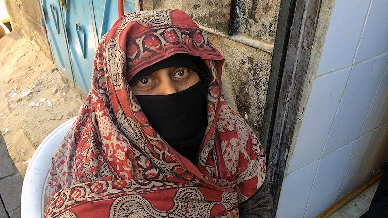 En kvinna vars dotter mördats säger att den förra regeringen brydde sig inte om rättsskipning för oss fattiga, men det gör Houthierna. Foto: Cecilia Uddén / Sveriges Radio.