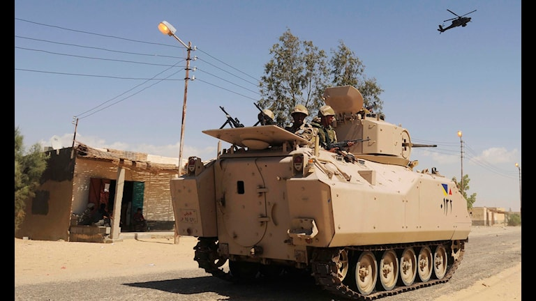 Egyptiskt militär patrullerar under beskydd av helikopter. TT Photo, File