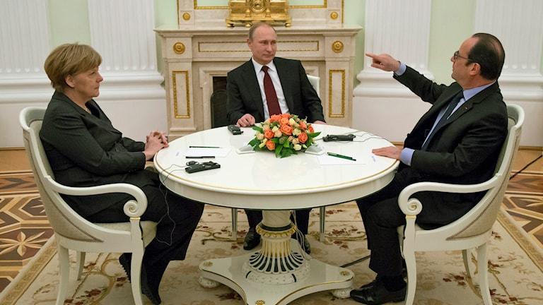 Den tyska förbundskanslern Angela Merkel och Frankrikes president Francois Hollande åkte hem direkt efter mötet med Vladimir Putin utan att ge några kommentarer.