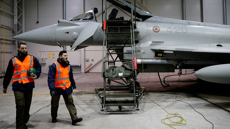 Natostyrkor vid ett flygplan i Litauen. Foto: Mindaugas Kulbis/TT
