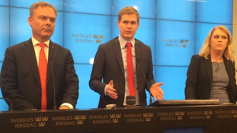 Jan Björklund, Gustaf Fridolin och Lena Hallengren på presskonferens om betygen. Foto: Bengt Hansell/Sveriges Radio.