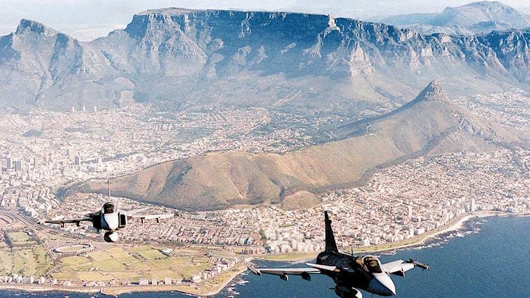 JAS 39 Gripen över Kapstaden i Sydafrika. Foto: AP/TT.