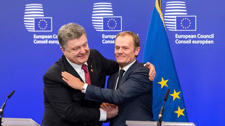 Ukrainas president Petro Porosjenko skakar hand med EU-ordförande Donald Tusk på EU-toppmötet i Bryssel. Foto: Michel Euler/TT.