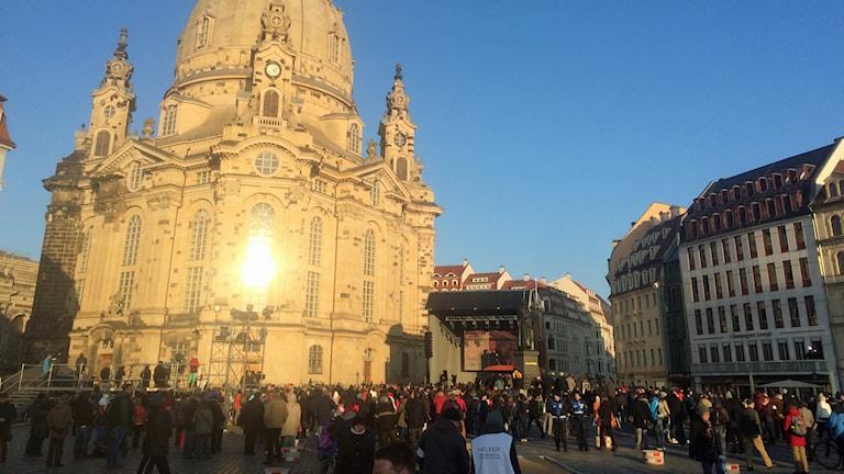 Manifestation framför Frauenkirche på 70-årsdagen av bombningen av Dresden. Foto: Daniel Alling/Sveriges Radio.