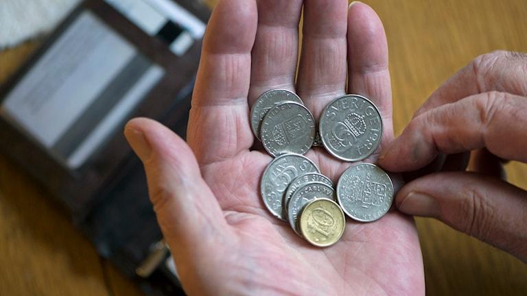Räknar sina pengar. Foto: Fredrik Sanbderg/TT.