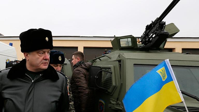 Ukrainas president Petro Porosjenko inspekterar militärfordon, en dag före vapenvilan. Foto: Sergei Chuzavkov/TT.