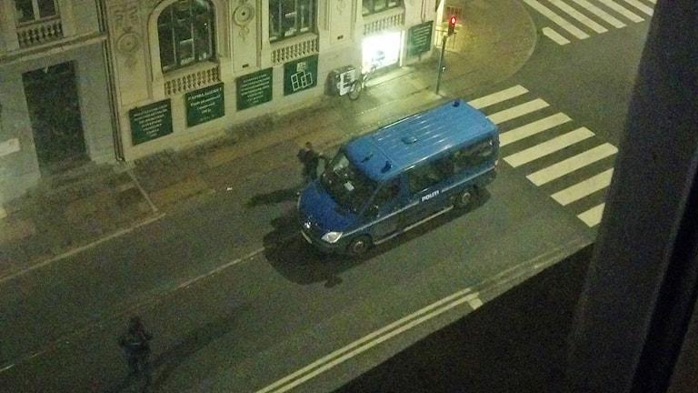 Det är stark polisnärvaro i Köpenhamn i natt efter de två skottattentaten. Här en polisbil på en gata nära stationen Nørreport. Foto: Hiroko Yoshida/Sveriges Radio.