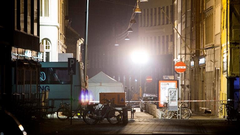 Polisavspärrningarna vid synagogan på Krystalgade i centrala Köpenhamn där en person sköts till döds och två poliser skadades natten till söndag.