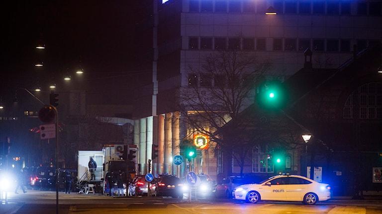 Polis och avspärrningar vid Nörrebro station i centrala Köpenhamn där polisen tidigt på söndagsmorgonen sköt en misstänkt gärningsman till döds i en skottväxling.