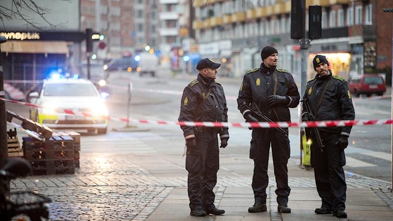 Polisen har spärrat av området runt det hus vid Nörrebro i Köpenhamn där den misstänkte gärningsmannen sköts till döds. Polisen sköt en misstänkt gärningsman till döds i en skottväxling tidigare på söndagen. Två personer har dödats och fem poliser skadats i två skottlossningar i Köpenhamn under lördagen och söndagen.
