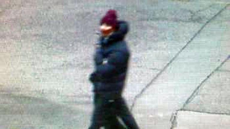 Bild från övervakningskamera på den misstänkte gärningsmannen. Foto: Polisen i Danmark.