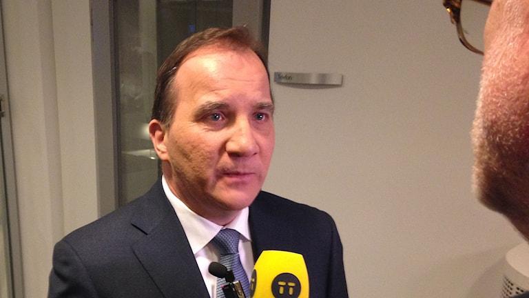 Statsminister Stefan Löfven intervjuas av en journalist. Foto: My Rohwedder/Sveriges Radio.