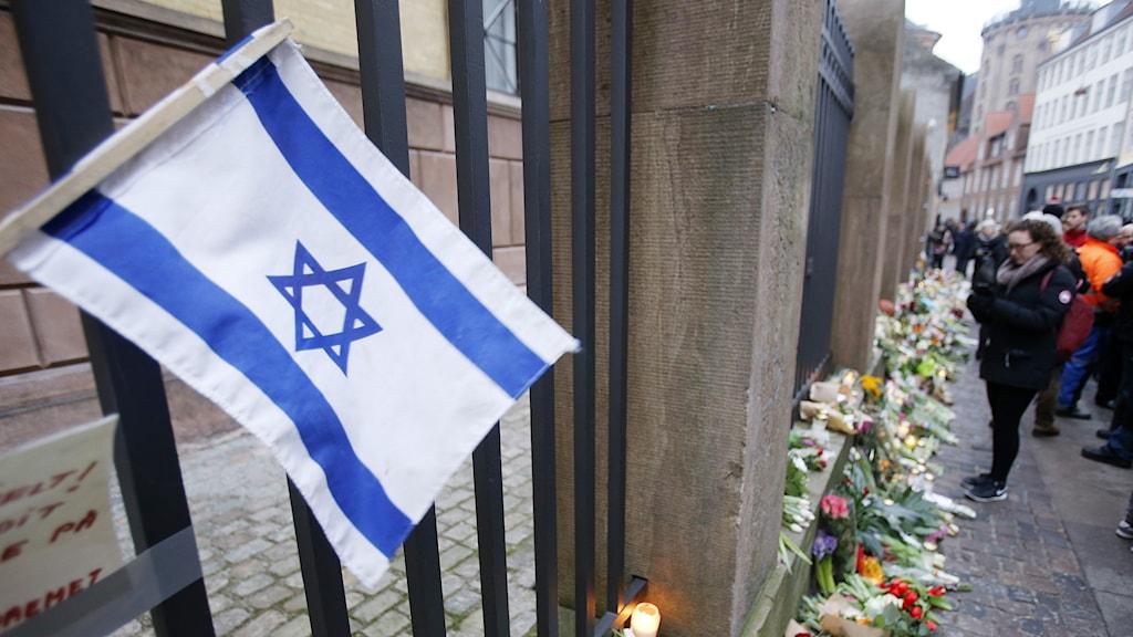 An Israeli flag outside a synagogue in Copenhagen where a man was shot. Photo: Michael Probst/TT.
