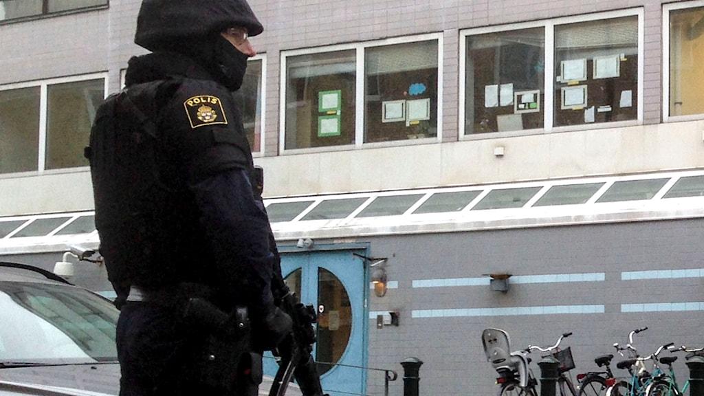En tungt beväpnad polis vaktar den judiska församlingens lokal i Malmö. Foto: Daniel Kihlström / TT