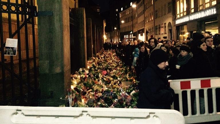 Människor lägger blommor utanför synagogan i Köpenhamn. Foto: Jenny Sanner Roosqvist/SR