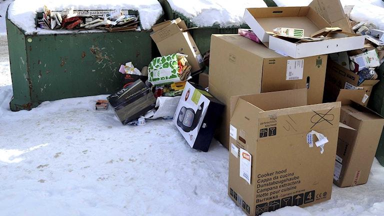 Skräpig återvinningsstation i Stockholm. Foto: Hasse Holmberg/TT.