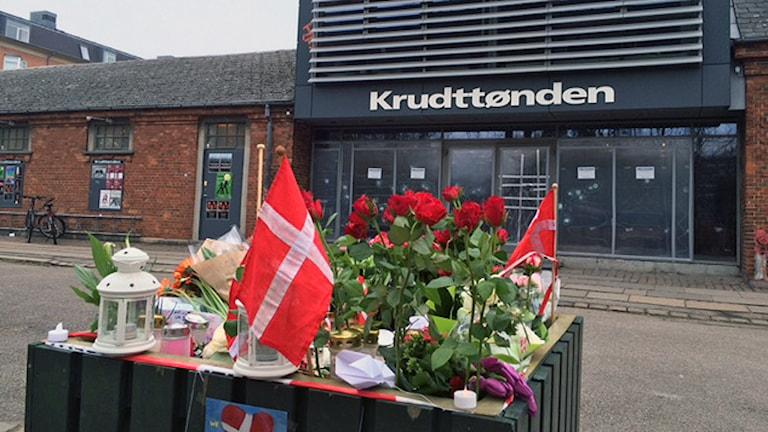 Blommor har lagts utanför kulturhuset Krudttönden i Köpenhamn. Foto: Anna Landelius / Sveriges Radio.