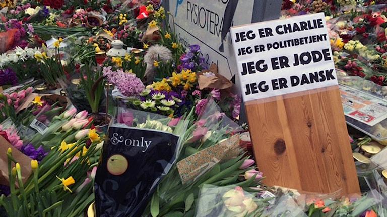 Blommor har lagts utanför kulturhuset Krudttönden i Köpenhamn. Foto: Anna Landelius/SR