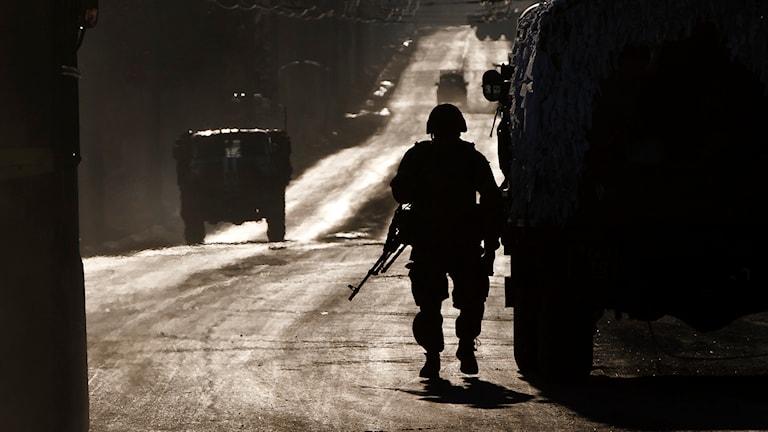 Ukrainska trupper på väg ut ur Debaltseve. Foto: Vadim Ghirda/AP.