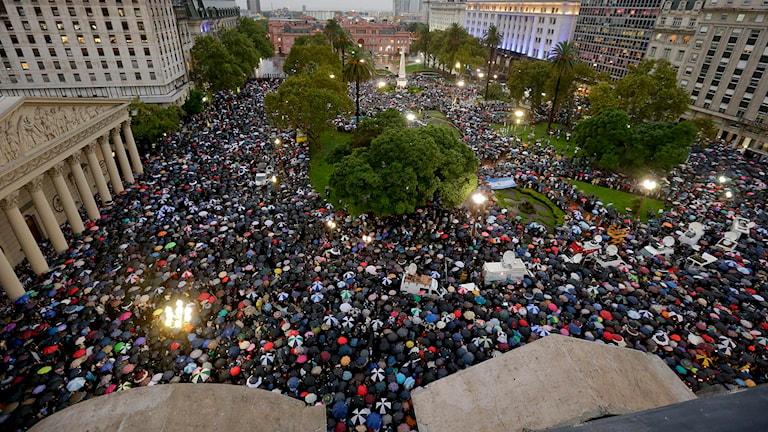 Tusentals människor samlades på torget Plaza de Mayo i Buenos Aires. Foto: Victor R. Caivano/TT.