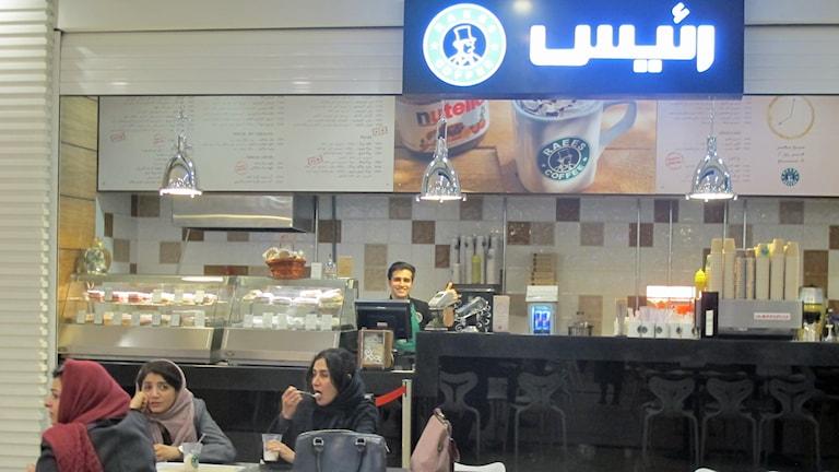 En kaffebar i en av Teherans nya gallerior.