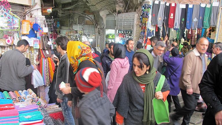Människor på en basar i Teheran.