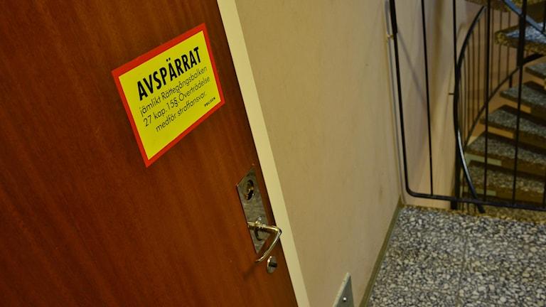 En dörr med en skylt där det står avspärrat.