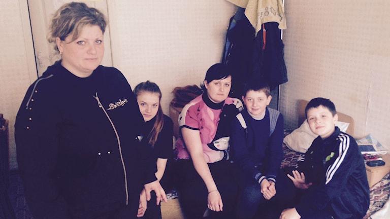 En familj som är på flykt i Ukraina.