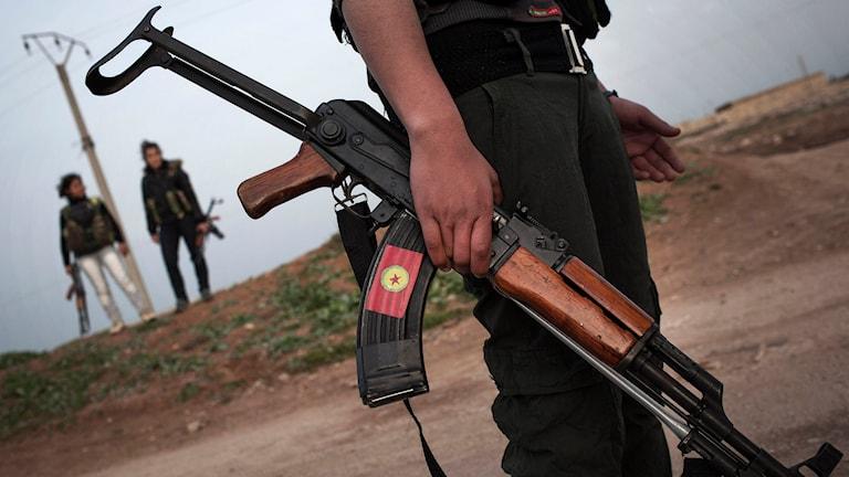 Kurdiska styrkor vid en vaktpostering nära staden Qamishli. Foto: Manu Brabo/TT.