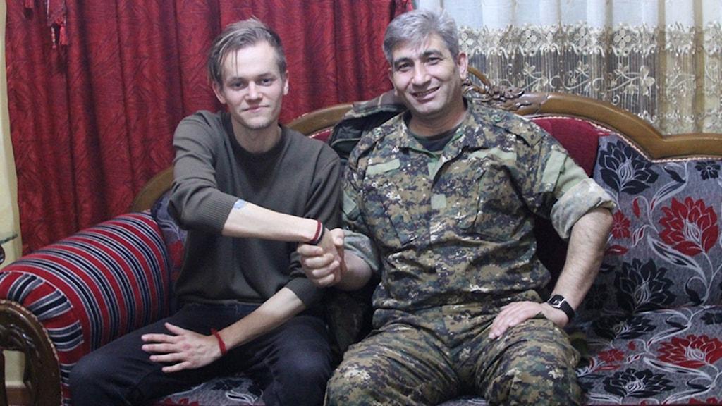 Joakim Medin med en representant för YPG i Syrien. Foto: TT