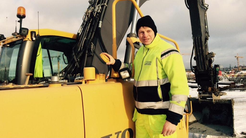 Grävmaskinist Benny Andersson har blivit bestulen på diesel flera gånger. Foto: Anders Wennersten/Sveriges Radio.