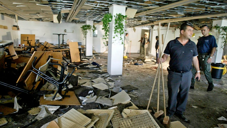 Flera människor dödades när en bomb exploderade på ett kafé i Jersualem 2002. Foto: David Guttenfelder/AP.