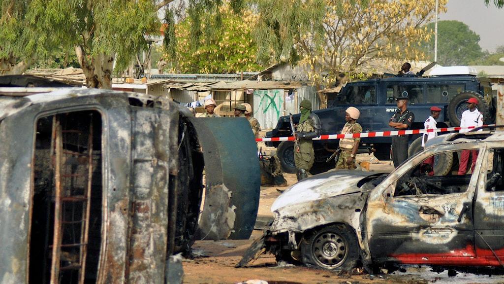 16 människor dödades när en självmordsbombare slog till mot en buss. Foto: Sani Maikatanga/AP.
