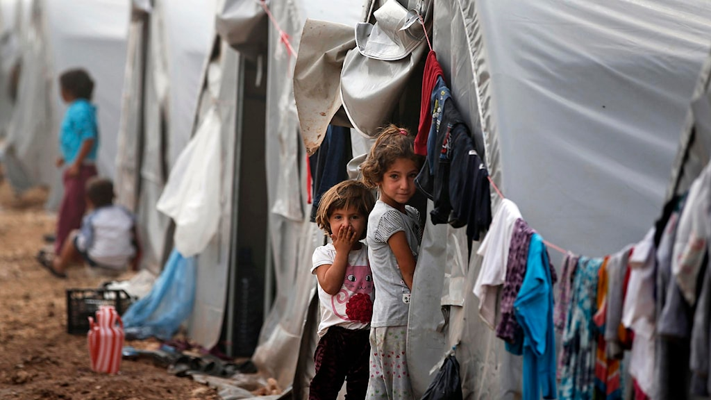 Syriska barn utanför ett tält i ett flyktingläger i Turkiet. Foto: Lefteris Pitarakis/TT.