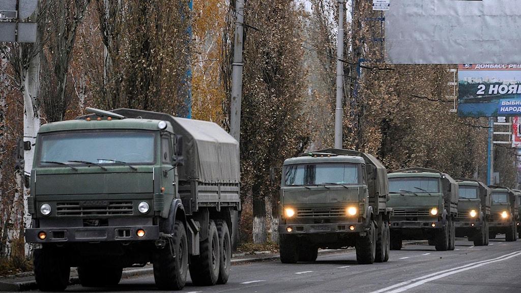 En konvoj med omarkerade fordon i Donetsk i östra Ukraina. Bilden är tagen i november 2014. Foto: Mstyslav Chernov/TT.