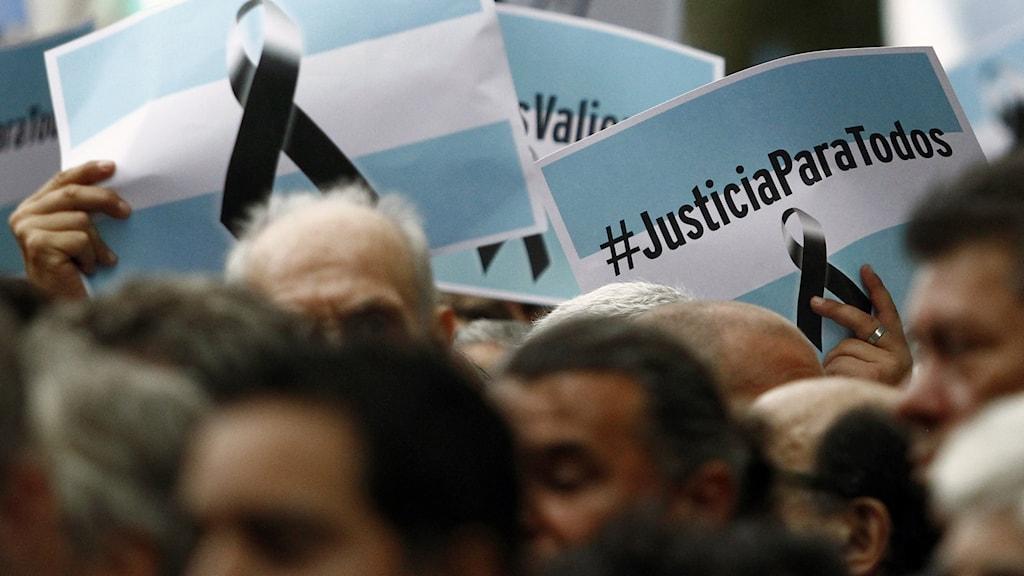 En tyst manifestation till minne av den nu döde åklagaren Alberto Nisman samlade massvis med människor. Foto: Emiliano Lasalvia/AFP.
