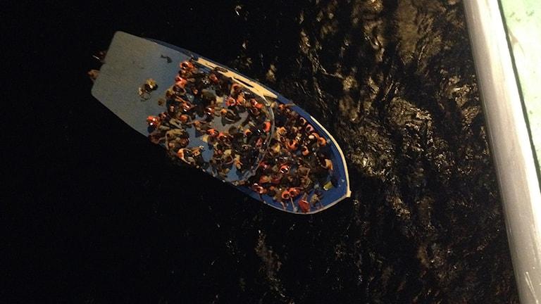 Över 200 flyktingar på en liten fiskebåt anpassad för en besättning på max 10 personer.