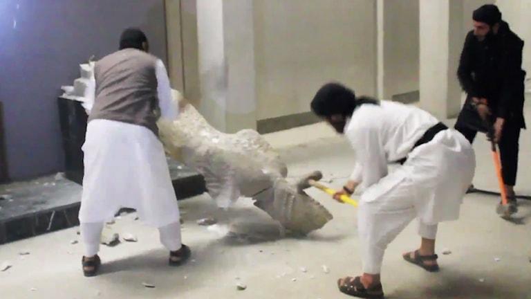 IS vandaliserar staty vid Mosuls museum. Foto: TT