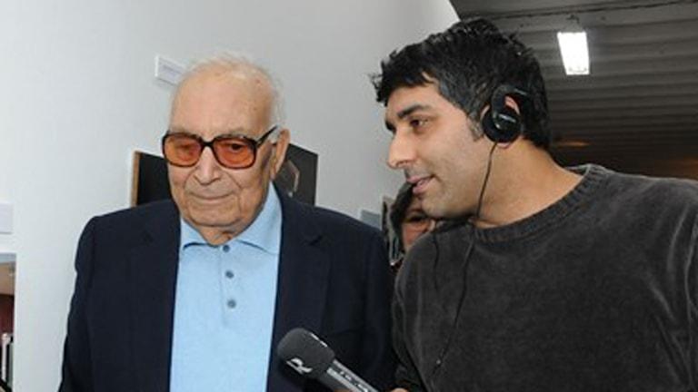 Yasar Kemal i möte med Zana Schîroyî på Sveriges Radios kurdiska redaktion. Foto: Murat Kuseyri