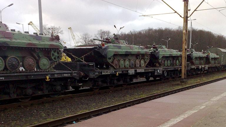 Flera bandvagnar av typen BMP-1 uppställda på tågvagnar. Foto: Grzesiek/Flickr (CC 2.0)