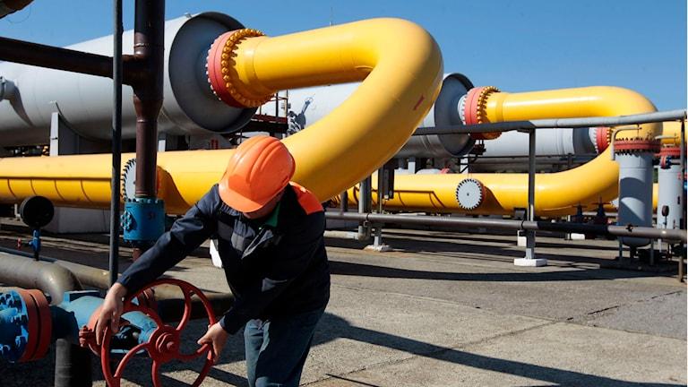 Ukrainsk arbetare öppnar en ventil på en gaslagringsanläggning.